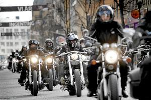 Mullrande insamling. Ungefär 250 motorcyklar mullrade fram längsmed Drottninggatan på söndagseftermiddagen. Totalt har insamlingen under sina elva år samlat in närmare 200 000 kronor. Foto: Alexander Lindhe