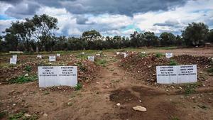 Muslimska begravningsplatsen utanför Katos Tritos. Många barn, många gravstenar med ordet agnostos. Okänd. Många barn. Till höger två flickor tre månader gamla.