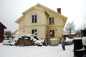 Missionshuset i Marma. Ola Östlund som driver bilverkstad i det gamla ståtliga huset är medveten om att det borde göras i ordning. Men själv har han jobb upp över öronen i verkstaden.