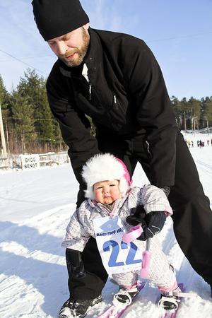 Bella Granat, ett år, den yngsta deltagaren i loppet, och pappa Håkan Söderlund.