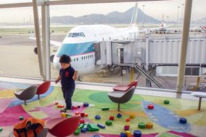 Många föräldrar är rädda för hur passagerarna ska reagera på att de har barnen med.