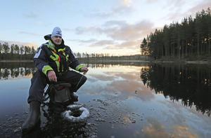 Hans Rodas sitter på den relativt lilla sjön som kantas av tio slogbodar.
