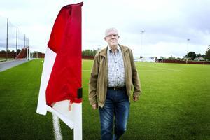 Ulf Andersson ordförande i Ockelbo IF utmanar andra fotbollsföreningar att också samla in pengar till flyktinghjälpen.