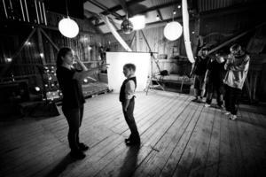 Isabelle Kågström ger instruktioner till skådespelaren Tore Gustafsson som spelar lilla han i filmen