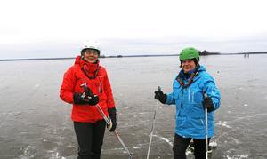 Friluftsmänniskorna Vivi-Ann Karlsson och Anna Sillankorva var imponerade av isen.