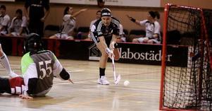 Helena Lundqvist gör ett av sina två mål i den andra perioden. Foto: Mikael Stenkvist