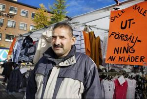 Vid busstorget står Bajwa Shoukat från Östersund och säljer kläder.– Valresultatet blev bra tycker jag. Nu får Moderaterna inte en så stor makt själva utan behöver söka stöd hos de andra partierna, säger han.