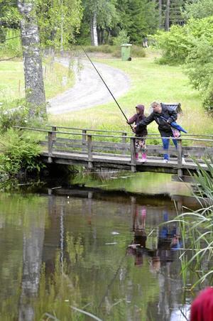 """Fiskelycka? Det metades efter nyinsatt regnbåge. Även annat ädelt """"fiske"""" förekom i Mullån, nämligen guldvaskning."""