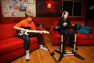 """Rockstjärnor. Dennis Skagerberg och Alexander Forslund, båda 12 år från Sandviken, spelar tv-spelet Guitar hero Rock band. """"Det finns så mycket att göra här, saker som man inte kan göra hemma"""", säger Alexander Forslund samtidigt som han trycker dit ett trumsolo."""