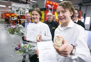 Mattias Höglund och Gustaf Bjurhäll får diplom och plakett för rådigt ingripande.