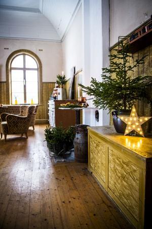 Det gamla missionshuset i Kovland har fått liv igen och tindrar nu i full juleskrud. De stora fönstren släpper in mycket ljus.