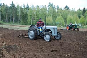 Gamla maskiner. Två traktorer i form av Furgeson och BM-35 visades upp under vårbruksdagen i Rönnäs.