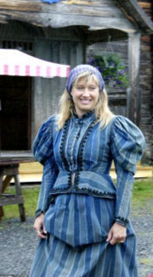 Karin Eriksson har på sig en ungmorsklänning från museet på Haverö hembygdsgård.