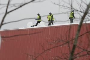 Snön röjs av taken på Närlunda indsustriområde.