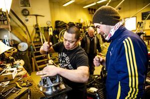 Mekanikern Richard Eriksson och Andreas Sjöström finjusterar sina maskiner.