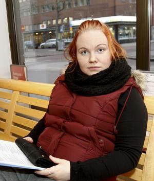 – Nej, det tror jag inte. Jag har en son på sju månader och har inte tänkt flytta till Norge med honom, säger 22-åriga Caroline Källgren. Hon är timanställd som personlig assistent och söker liknande jobb med fast anställning. Till hösten hoppas hon på att bli antagen till socionomprogrammet vid Högskolan i Gävle.