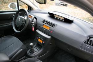 Rörigt skulle man kunna säga om förarplatsens spridda instrument. Citroën-fantasten kallar det charmigt.