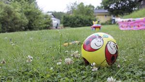 En boll, en leksakstraktor och en barnpool eller att hänga ut lite tvätt, är några sätt att få det att se ut som att någon är hemma.
