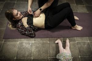 Stina Norberg blir undersökt av Sandra Engström. Det visar sig att Stina har en diastas och Sandra visar henne olika övningar.