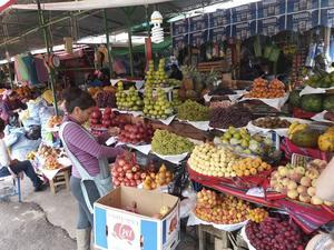 På marknaden i Canchan kan man hitta precis allt, från frukt till hönsfötter.