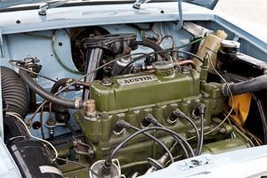 Tvärställd motor på 848 kubik, monterad ovanpå växellådan för att ta så liten plats som möjligt.