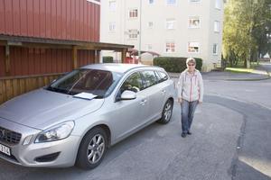 Gunilla Lennartsson fick parkeringsböter från Avesta kommun trots att hon inte parkerat på kommunens mark utan på mark som tillhör den bostadsrättsförening där hennes mamma bor. På bilden står Gunilla Lennartsson på en järnmarkering i gatan som visar var bostadsrättsföreningens mark slutar.