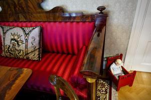 Den lilla docksängen har Lennart Wesströms morfar gjort och dockan hade Lennarts mamma.