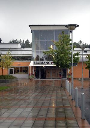 Bromangymnasiet är just nu en skola i sorg, efter dödsbeskedet att en av skolans elever blivit påkörd av ett tåg och omkommit.