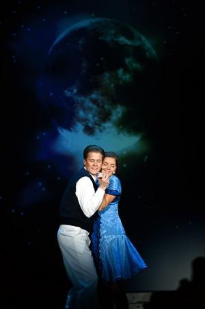 Don (Emil Bewö) och Kathy (...) blir förälskade på scenen.