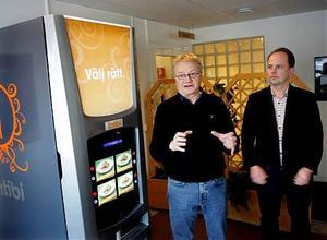 Östen Högman och Björn Gerdin framför matautomaten Entibi. Det betyder för övrigt varsågod på latin.
