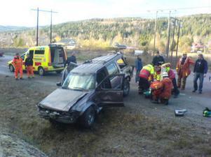 Blixthalka uppges ligga bakom singelolyckan där en bil voltade av E14 på måndagseftermiddagen.