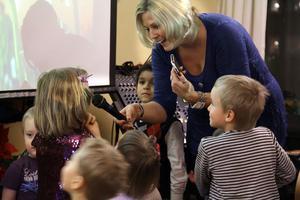 Ingalill Styverts från Lions i Edsbyn höll i programmet. Efter långdansen genom foajén och kafeterian samlade hon barnen. Innan tomtens besök fick några barn sjunga.