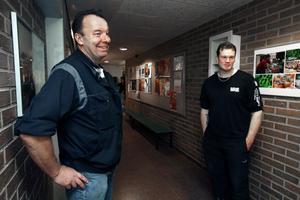 NÖJDA. Eje Lindkvist och Stefan Holm är fordonslärare på Borgarskolan. De båda var väldigt nöjda med att ha fått ditt Micke Kågered och välkomnar fler externa föreläsare till skolan.Foto: Leif Jäderberg