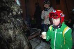 Emil Gustafsson, 7 år, får glögg av tomten.