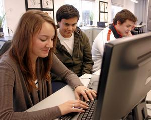 Jessica Forsgren vid sin dator och Alejandro Hernandez kollar vad hon skriver.