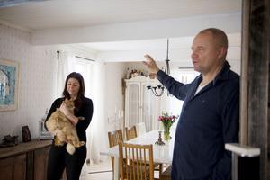 Elin och Fredrik har massor av roliga anekdoter som hänt dem under byggets gång. Här finns det planer och energi.