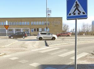 Passagen på Sjöhagsvägen vid korsningen med Djuphamnsvägen ska bli säkrare för gående och cyklister. Det lär bli någon form av farthinder för att få ned hastigheten på biltrafiken.