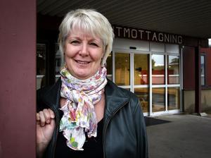 Ingalill Persson kan tänka sig att privatisera Norra vårdcentralen. Men för närvarande anser hon att det fungerar bra med stafettläkarna. Det är samma läkare som återkommer hela tiden och patienterna är väldigt nöjda, framhåller Persson. Det är till och med så att cirka 150 personer som egentligen ingår i upptagningsområdet för den mycket väl fungerande vårdcentralen i Smedjebacken har listat sig på Norra, uppger hon. Foto:Gunne Ramberg
