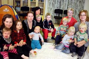 Sussana Jerlström (till höger) och Britt-Marie Landgren (bredvid) tillsammans med övriga mammor och deras barn på den öppna förskolan i Mariedamm.