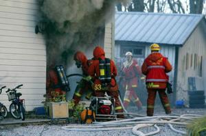 Rökdykarna gick in, men det var för sent. Trebarnsfamiljens alla tillhörigheter tros ha skadats av rök eller eld. – Det känns ganska tungt just nu, vi vet inte riktigt hur vi ska ordna allt det praktiska, säger familjefadern Patrik Hermansson.