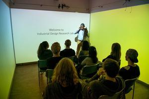 Ett av industridesignavdelningens forskningslaboratatorium där assistenten Morteza Abdipour visade olika metoder.