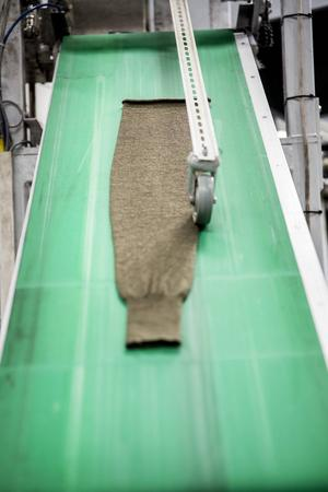 Fram till mitten av 80-talet formade Leif nylonstrumpor, men i början av 90-talet hade nylonet helt bytts ut till ull.   – Fruntimmer började använda tajts i stället för nylonstrumpor så då slutade vi med nylon.