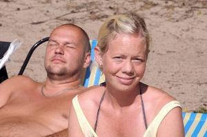 Jonna Olsson och Jörgen Hedberg njuter av solskenet medan sonen och kusinerna badar.
