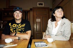 Mor och son, Eva och Erik Althin, från Marieby, ville visa sitt stöd för ett kulturhus och kom tidigt.  – Människorna i Östersund behöver ett ställe där alla får chansen att uttrycka sig på sitt sätt, men det behöver inte nödvändigtvis vara ett nytt hus, säger Eva Althin.