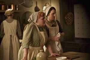 Mrs Patmore och Daisy i Downtons kök. Skulle de ha ett bättre arbetsliv och en bättre arbetsgivare i verkliga världen i dag än de hade på Downton för 100 år sedan?