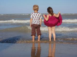 Vår son Emil med kusinen Ingrid på stranden i Pescara, september förra året i samband med min systers bröllop. Leken stannade upp för en stund och jag passade på att knäppa lite smygfoton. Härligt va?