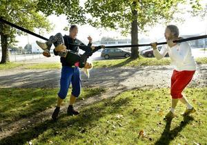 Allsidig träning är bra. Tilda Nilsson, åtta år, får hjälp av pappa Hans Nilsson medan instruktören Mattias Aamisepp hejar på.