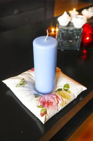 Ljushållaren i formen av en kudde är gjuten i gips. Hur man gör en egen ger Cecilia tips på i sin blogg. Där återfinns steg-för-steg-guider till det mesta hon skapar.