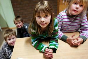 """""""Snäll och artig ska man vara. Och man ska säga tack när man får något. Och man ska alltid tacka för maten"""", säger Jonathan Ulfsparre, 6 år, Filip Hallberg, 7 år, Klara Öhrnell, 7 år och Saga Ledin, 6 år. De har god koll på vett och etikett och tror inte de behöver läsa någon bok för att lära sig det. Foto: Håkan Luthman"""