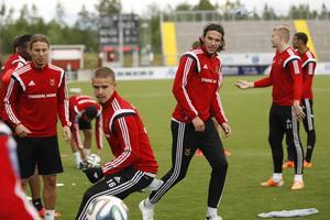 Douglas Bergqvist, närmast bollen, och Luka Peric, återkommer efter avstängning och stärker ÖFK:s defensiv mot Ängelholm.